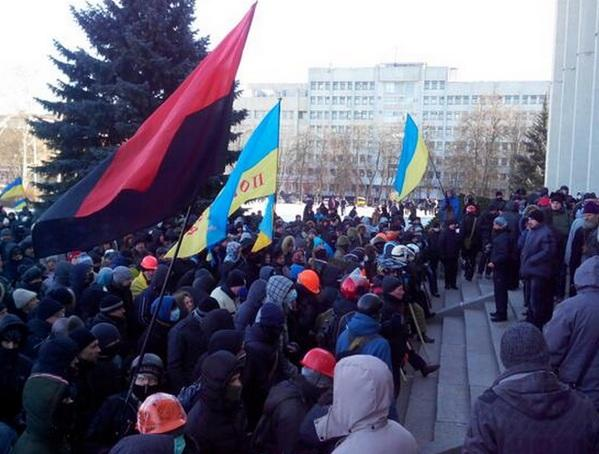 Митингующие захватили зал заседаний облсовета в Полтаве