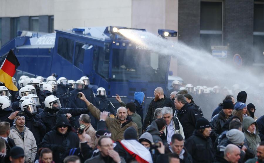 Демонстрация против исламизации в Кёльне переросла в беспорядки, при разгоне ранены полицейские