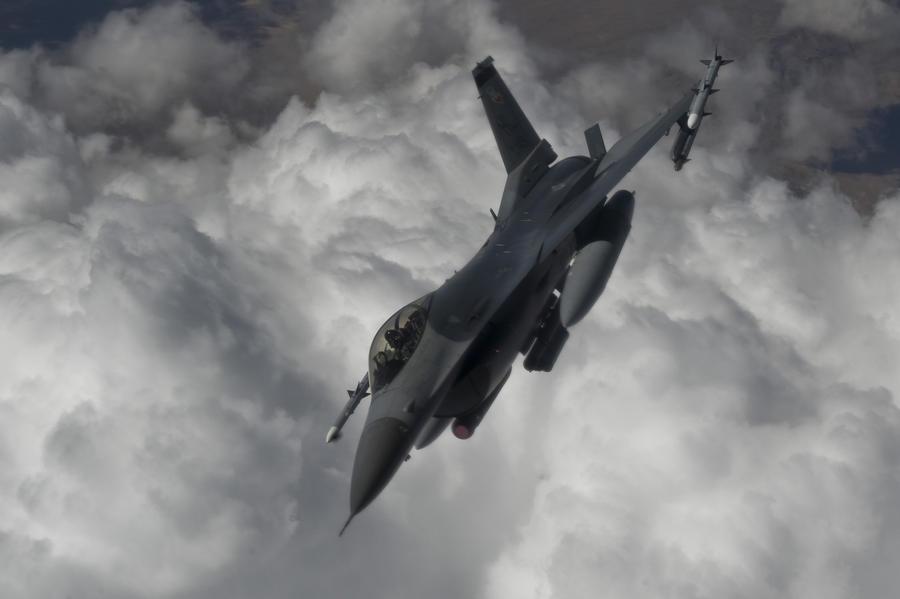 На границе с Сирией турецкие военные потеряли связь с истребителем