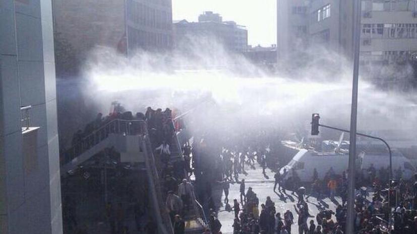 Турецкая полиция с помощью водомётов и слезоточивого газа разогнала многотысячную манифестацию в Анкаре