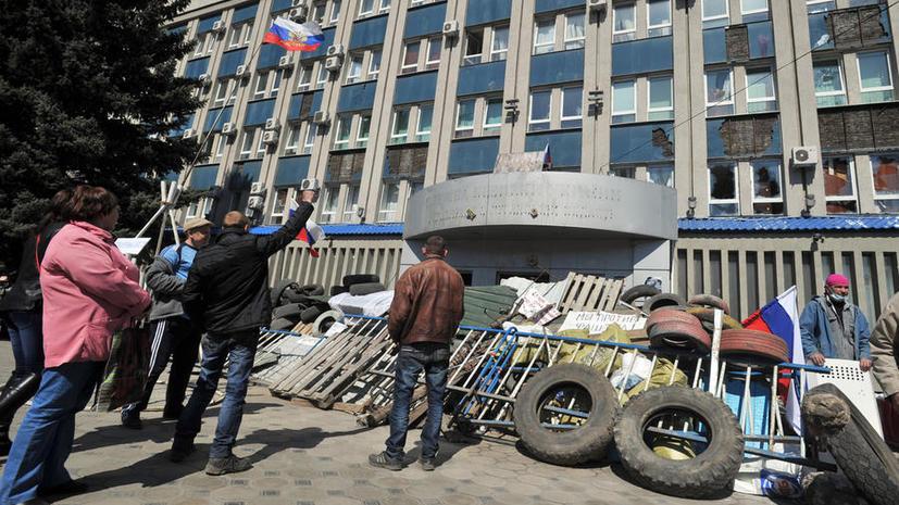 Более 50 человек без оружия вышли из здания СБУ в Луганске после переговоров