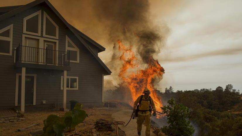 В Калифорнии лесной пожар площадью более 26 тыс. гектар угрожает 6 тыс. зданий