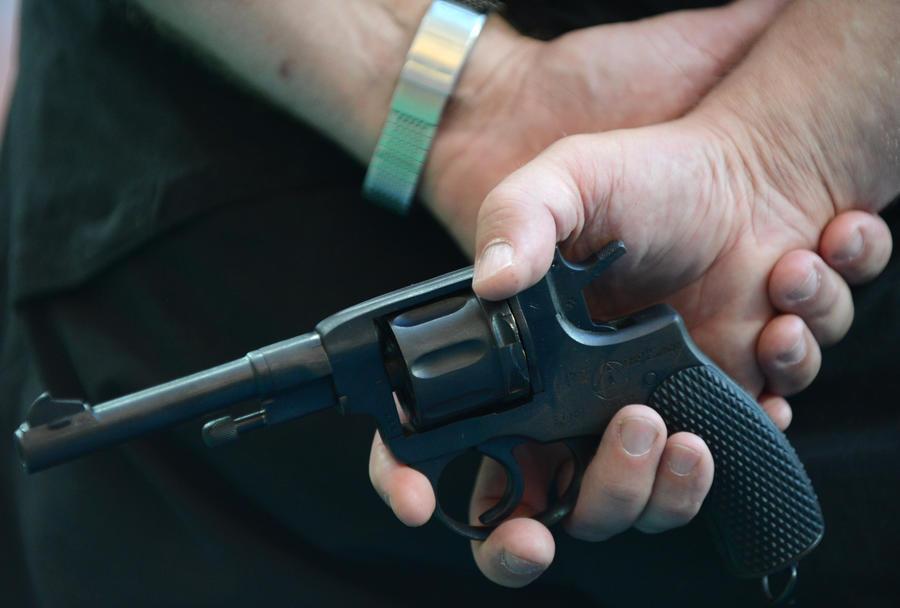 Вооружённый человек в американской электричке не смог отвлечь пассажиров от гаджетов