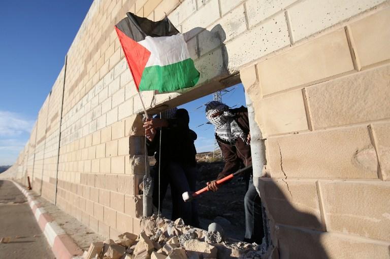 В годовщину падения Берлинской стены палестинцы пробили брешь в израильском барьере