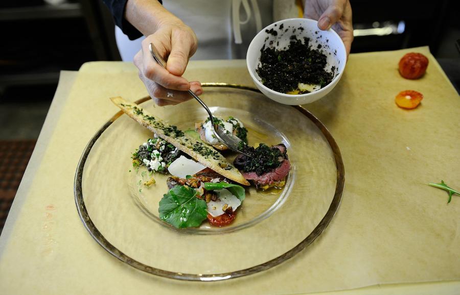 The Guardian: Рестораны экономят огромные суммы на дешевом вине и соли