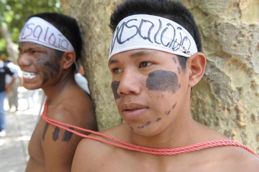 Безземелье толкает бразильских индейцев на суицид