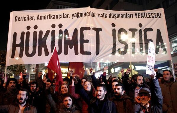 В крупных городах Турции демонстранты требуют отставки правительства