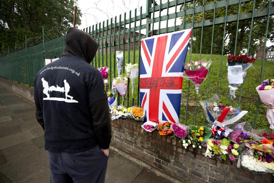 СМИ: десятки людей прошли мимо и не помогли убитому в Лондоне военнослужащему