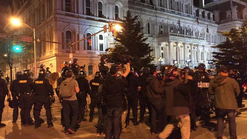 В Балтиморе шести полицейским предъявлены обвинения в связи с гибелью Фредди Грея