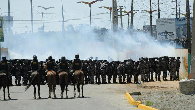 В Бразилии полиция разгоняет демонстрантов слезоточивым газом и резиновыми пулями