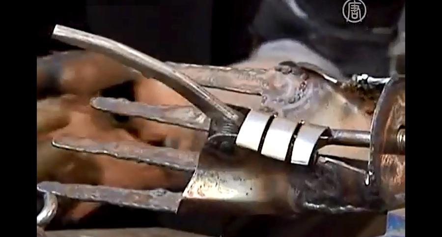 Изобретательный китайский инвалид сконструировал самодельные протезы