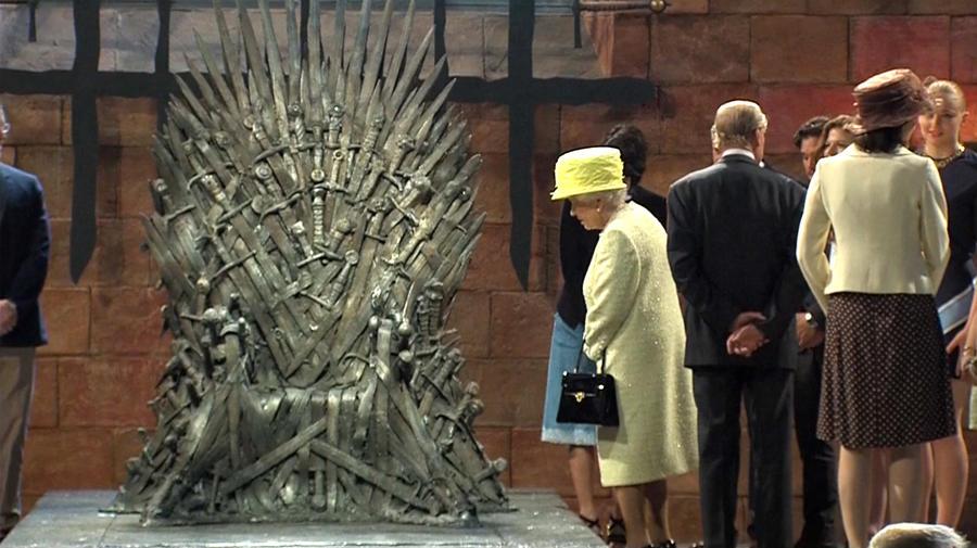 Королева Елизавета II предпочла Железному Трону из сериала «Игра Престолов» свой