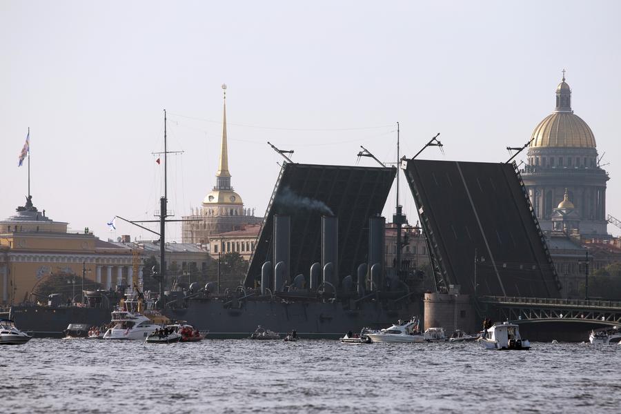 Легендарный крейсер «Аврора» отбуксирован из Санкт-Петербурга на ремонт в Кронштадт