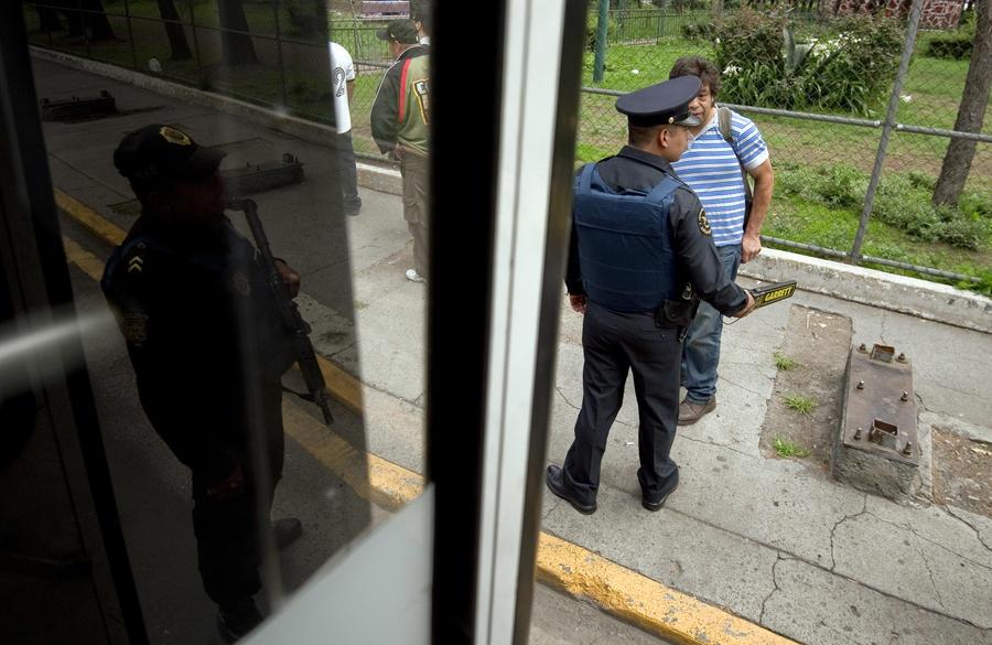 Автобус с российскими туристами заблокирован фермерами в Мексике