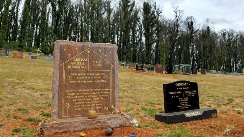 Американец устроил перед домом фальшивое кладбище, чтобы спугнуть бездомных