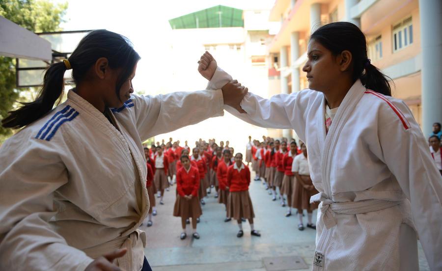 Студентки в Индии противостоят насильникам с помощью науки