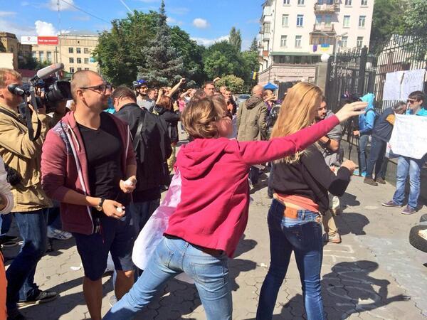 Атака российского посольства в Киеве украинскими экстремистами - фото с места события