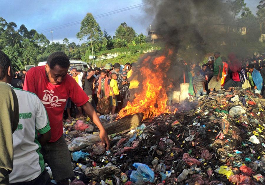 В Папуа-Новой Гвинее заживо сожгли 20-летнюю ведьму