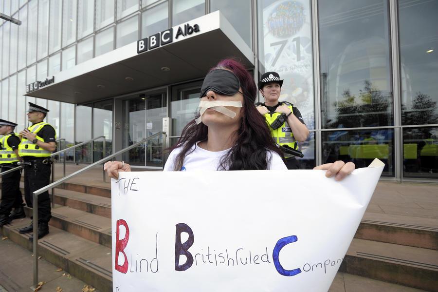 Тысяча шотландцев, недовольных ложью в эфире BBC, вышли на митинг у здания телекомпании в Глазго
