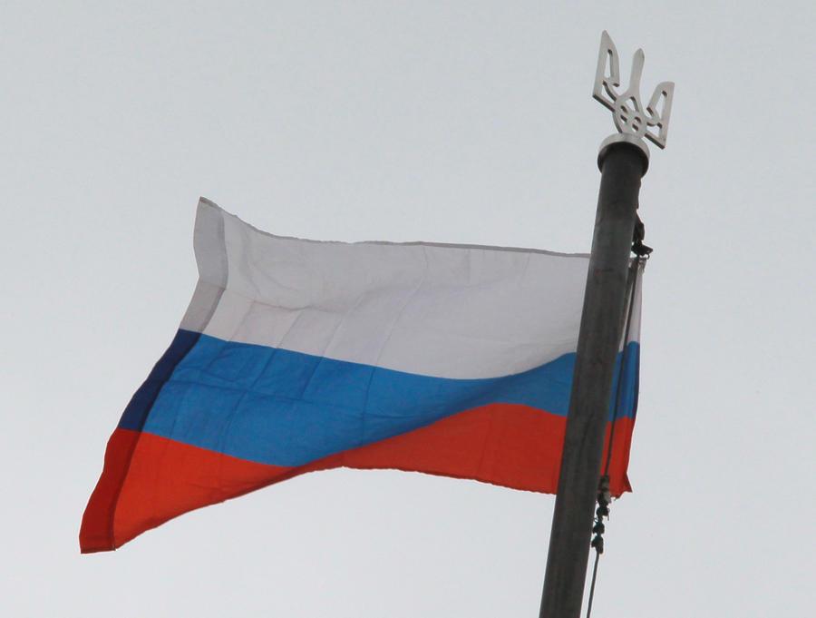 Украинские десантники подняли российский флаг на территории аэропорта Луганска