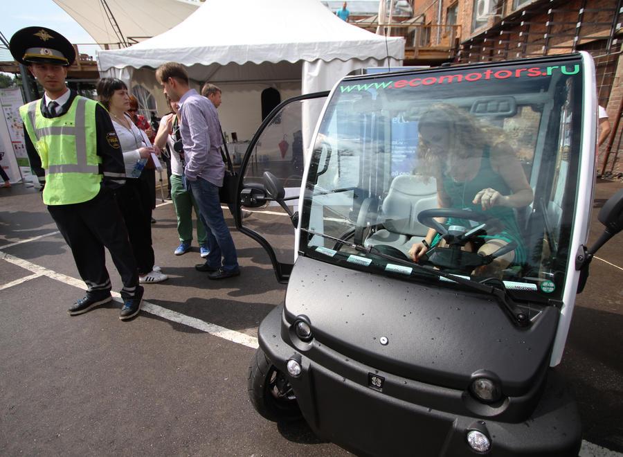 Инновации для всех: по столичным кладбищам будут курсировать электромобили