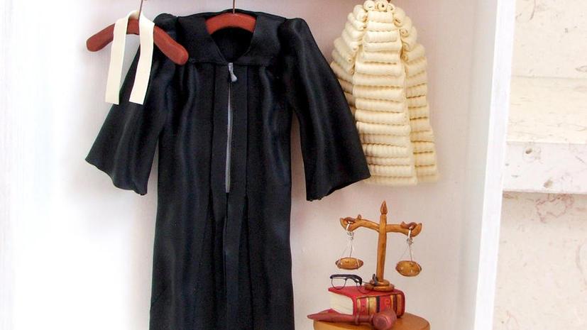 Судье в США запретили подрабатывать комиком