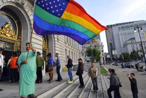 Жители Луизианы требуют убрать с улиц радужные флаги