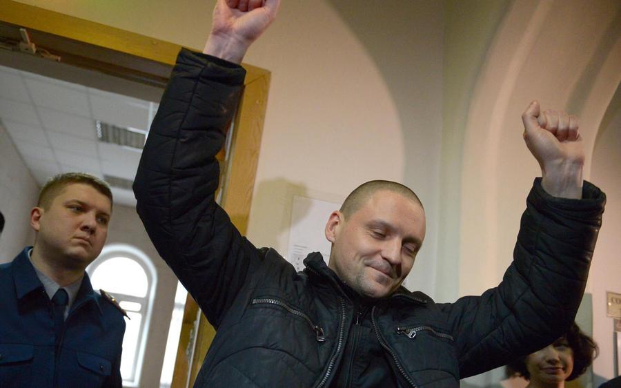 СК нашёл в квартирах единомышленников Удальцова оружие и наркотики