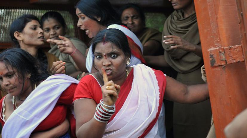 Индийским женщинам запретили пользоваться мобильными телефонами