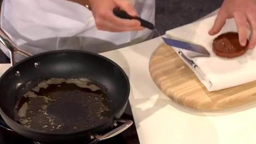 Гамбургер из пробирки «напоминает мясо», но безвкусен