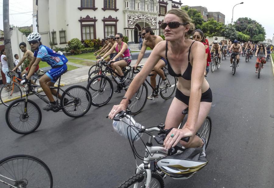 300 голых велосипедистов выехали на улицы Лимы