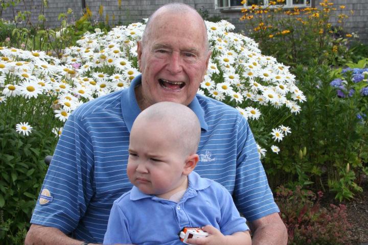 Бывший президент США Джордж Буш-старший побрился налысо ради больного ребёнка
