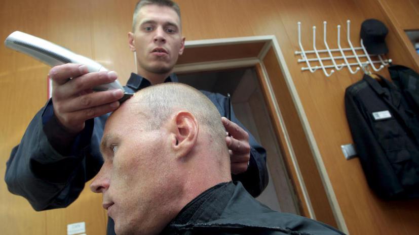 В Таджикистане парикмахер убил начальника СИЗО ножницами во время стрижки