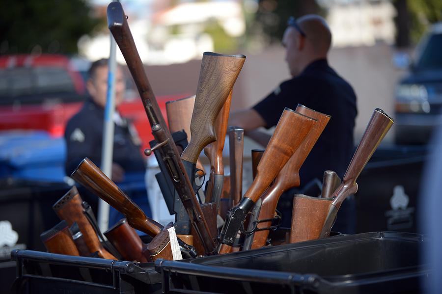 Американцам предлагают сдавать оружие в обмен на подарочные карты