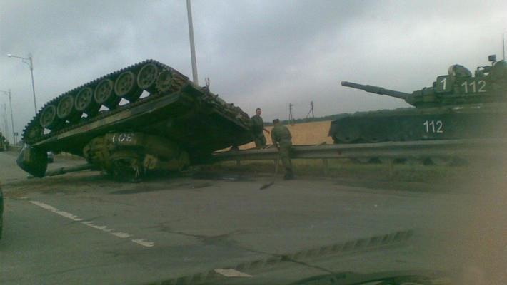 В Казани на дорогу упал танк