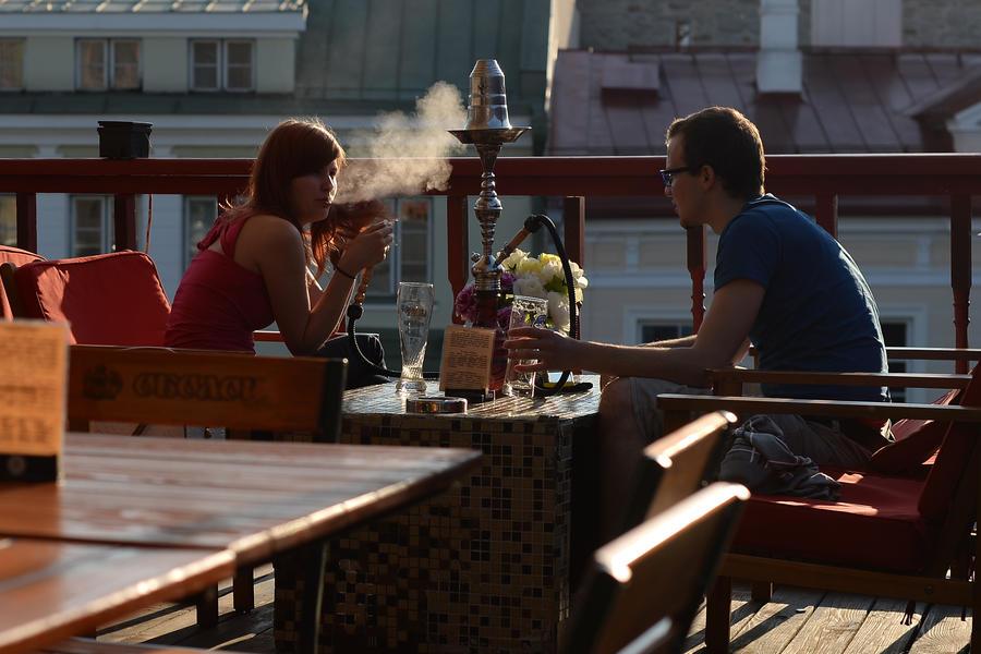 Роспотребнадзор разрешил электронные сигареты и кальяны в московских кафе
