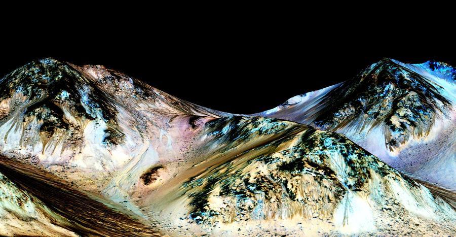 Где вода, там жизнь: NASA подтвердило наличие на Марсе источников жидкой воды