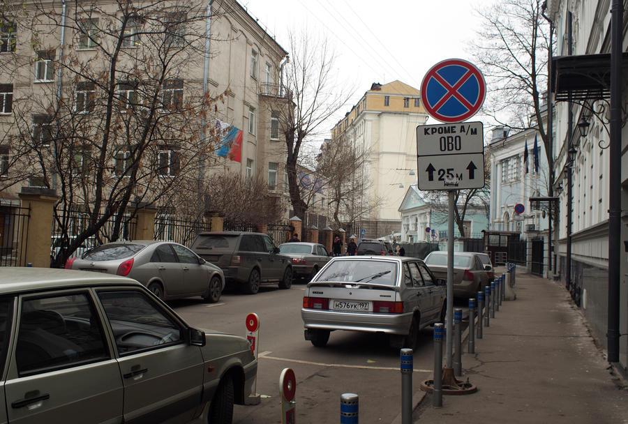 Тротуары и пешеходные зоны в центре Москвы оградят от автомобилей