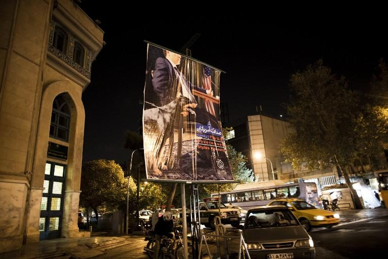 На улицах Тегерана развесили антиамериканские плакаты