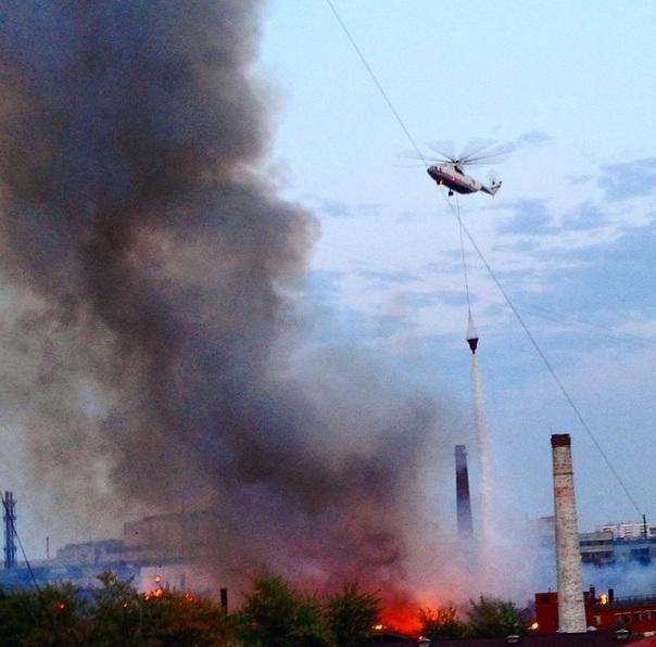 Пламя на заводе «Серп и Молот» распространилось на площади 2,5 тыс. квадратных метров