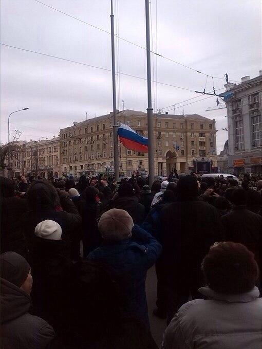У здания Харьковской горадминистрации водрузили российский флаг