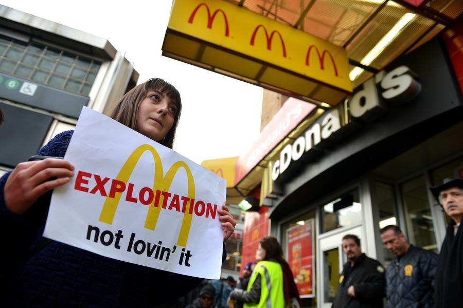 В Детройте и Сент-Луисе работники фаст-фуда требуют зарплату в $15 в час