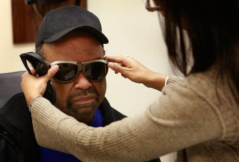 Для слепых людей придумали очки, читающие текст вслух