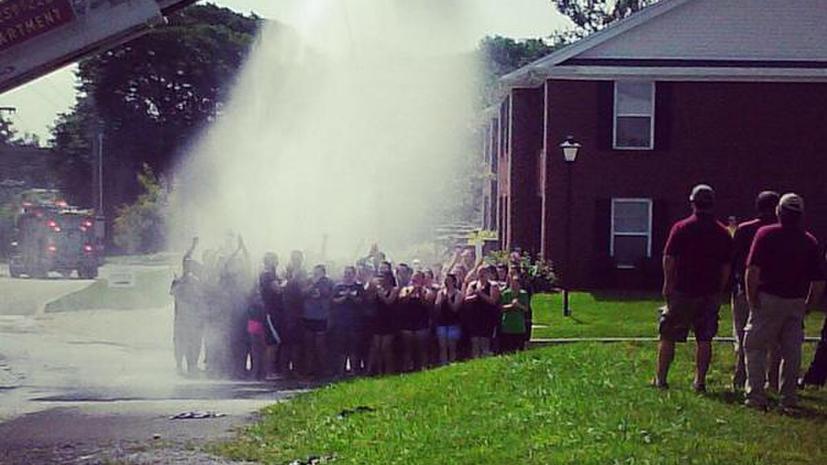 Двоих пожарных чуть не убило током во время эстафеты Ice Bucket Challenge