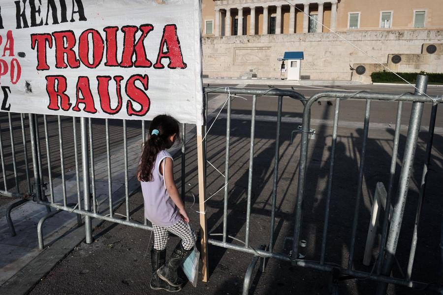 Увольнения ради кредита: парламент Греции сократил 15 тыс. госслужащих