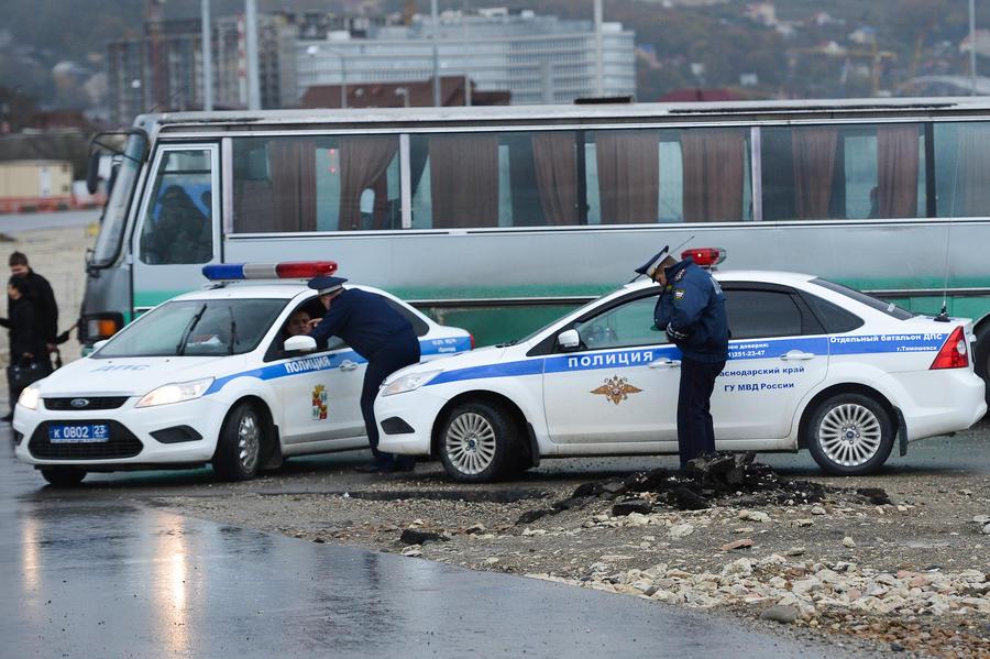 В Подмосковье автомобилист кинул в полицейских взрывное устройство, один сотрудник ГИБДД погиб