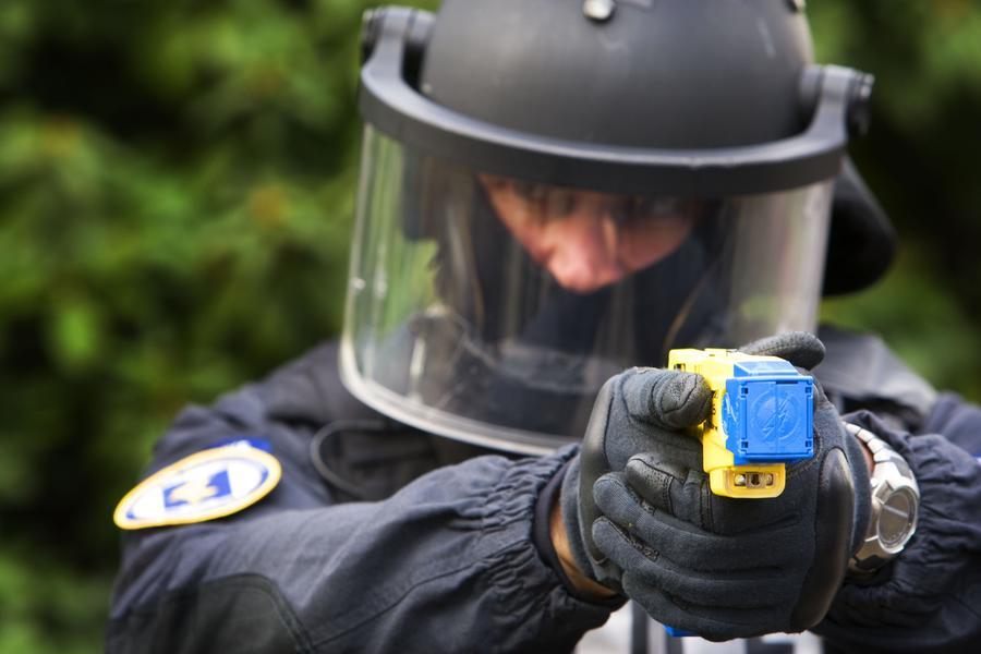 Применение американским полицейским электрошокера стало причиной серьёзной травмы подростка