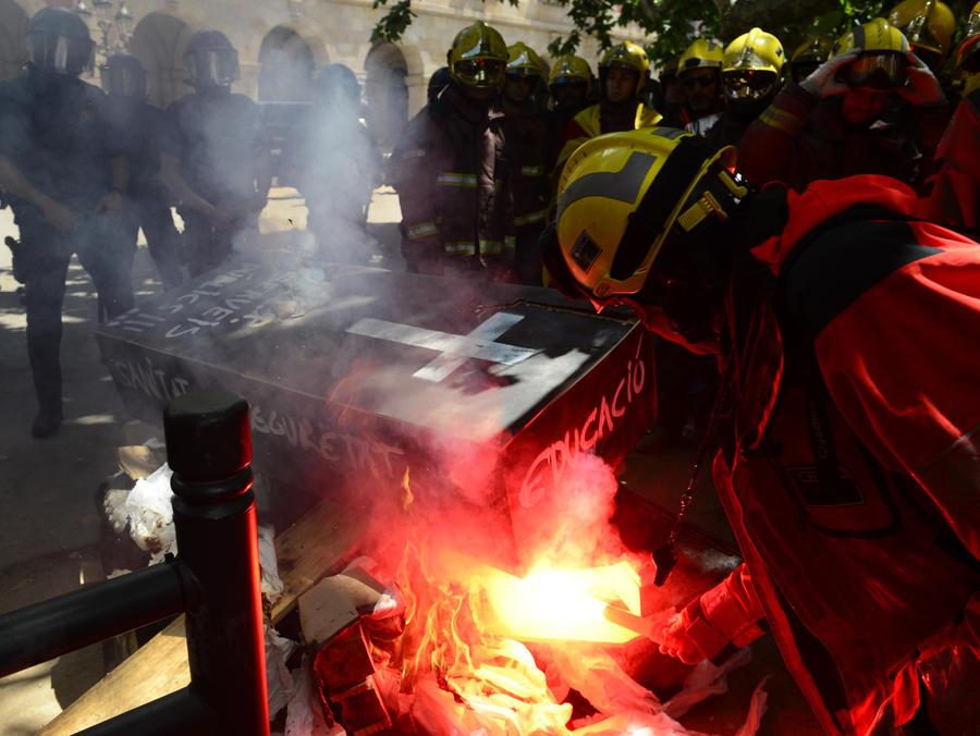 Пожарные Барселоны жгли на улицах гробы в знак протеста против бюджетных сокращений