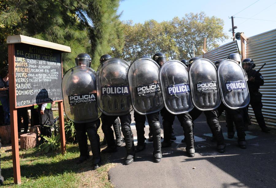 Столкновения в Аргентине: персонал психбольницы отстаивает здание клиники