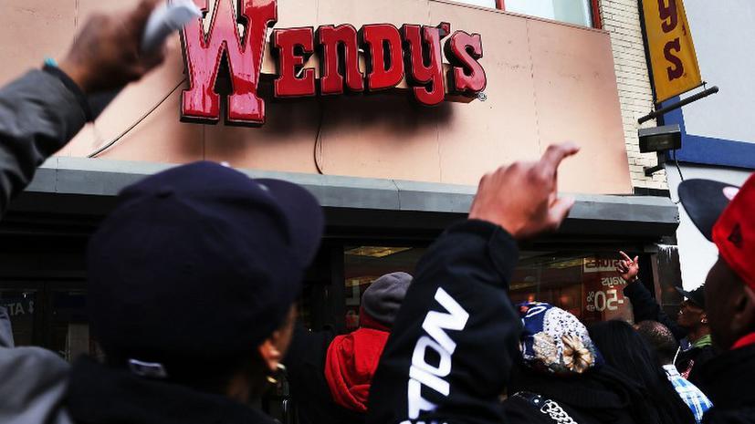 Гамбургеры могут подорожать - сотрудники фастфудов требуют увеличения зарплат